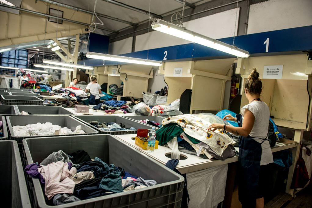 selezione indumenti usati seconda qualità